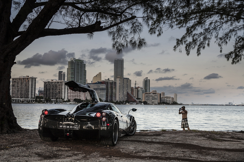Everybody gets crazy about Pagani © Nicolo' Minerbi. Nov 2014, Miami: the supercar Pagani Huayra on the streets of Miami ©Nicolò Minerbi / LUZphoto / fotogloria